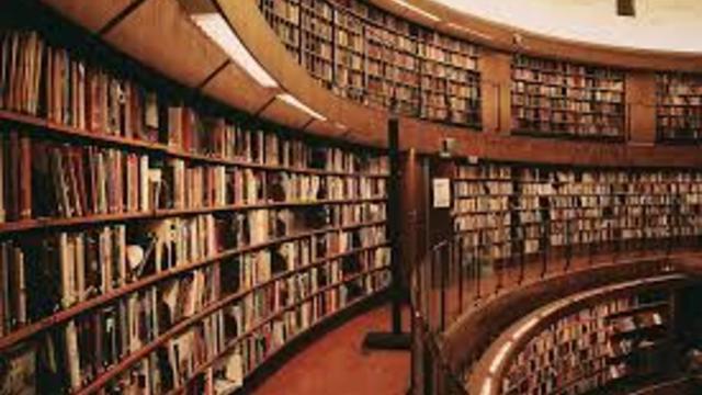 O Kütüphanede Kitap Okuyana Çay, Kahve Bedava