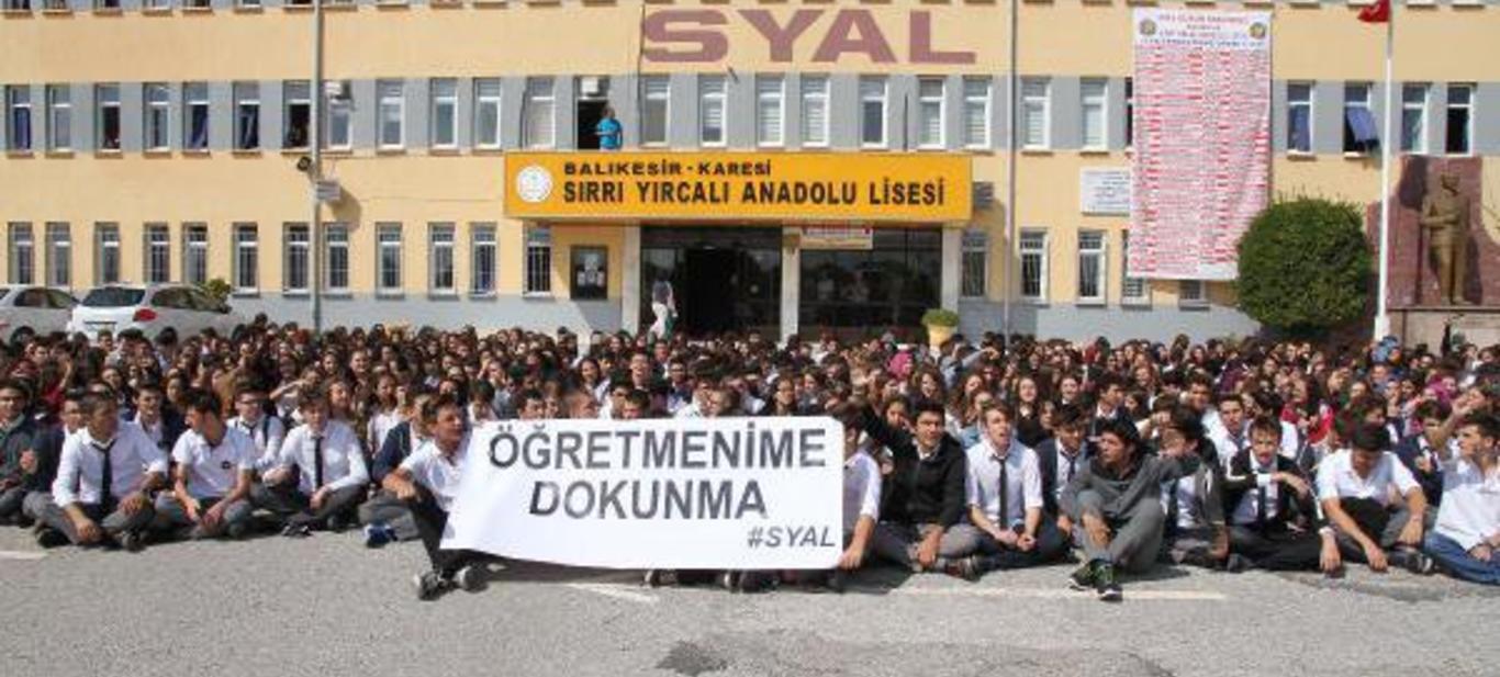 Balıkesir Sırrı Yırcalı Anadolu Lisesi Öğrencileri Öğretmenleri İçin Ayakta!