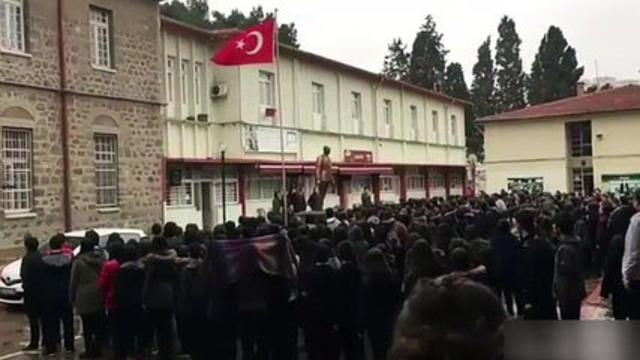 İzmir Kız Lisesi öğrencileri terörü Andımız'ı okuyarak protesto etti