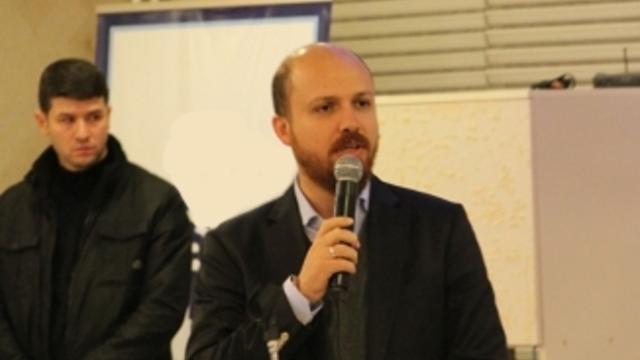 Bilal Erdoğan konferansına getirilen gençler İzmir Marşı ile tepki gösterdi