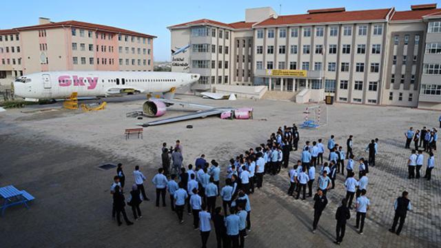 Okul Bahçesindeki Uçak Kütüphane Olacak