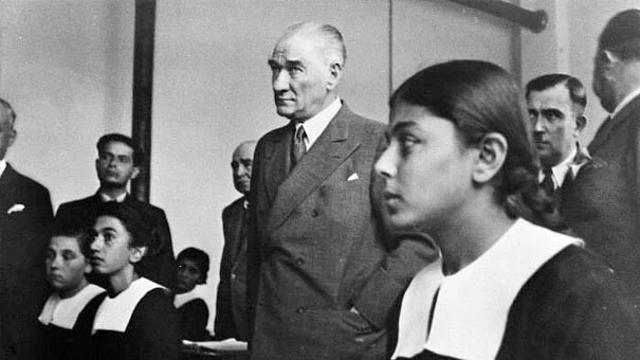 """Başöğretmen Mustafa Kemal Atatürk: """"İleri! İleri! Daima İleri!"""""""