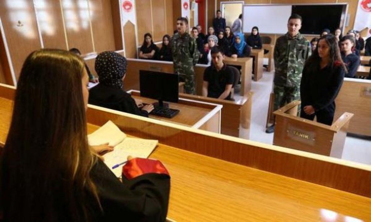 Lise Öğrencileri Okula Mahkeme Salonu Kurdu