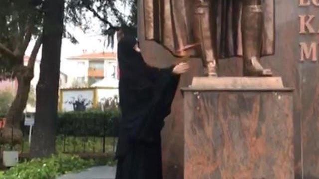Atatürk Anıtı'na Saldıran Kadın Yakalandı