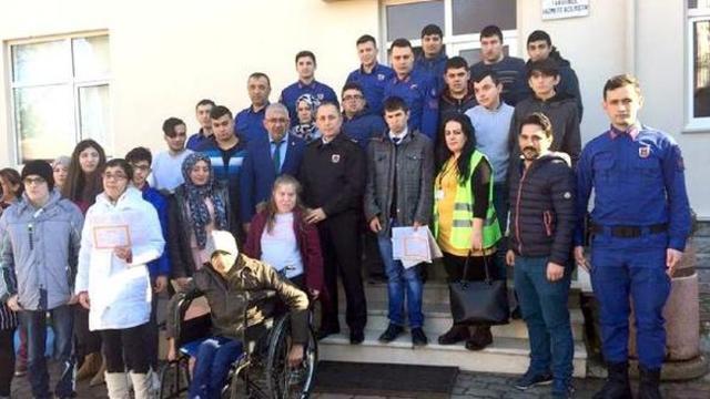 İstanbul'da Engelli Öğrencilerden Mehmetçiğe Bere ve Kaşkol