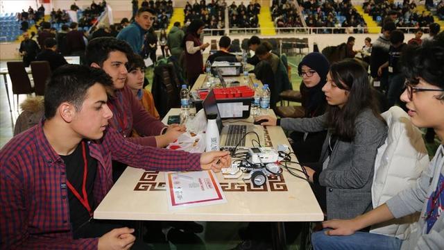 Gençler Robotik Alanındaki Buluşlarını Sergiledi