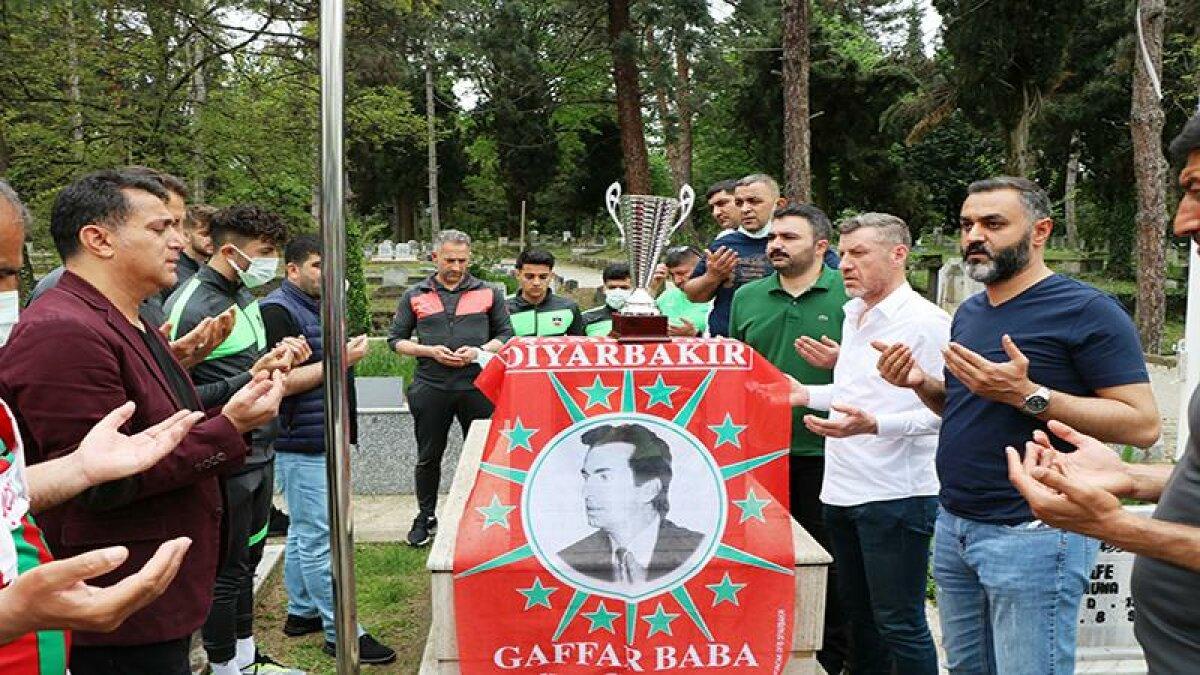 Diyarbekirspor, şampiyonluk kupasını Şehit Gaffar Okkan'ın mezarına götürdü
