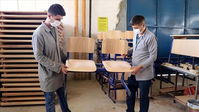 Öğrenciler Depremde Yeniden İnşa Edilen Okullar İçin Üretim Yapıyor